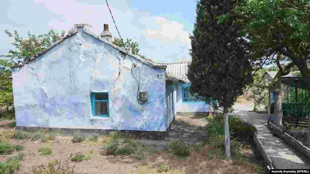 С ними соседствуют такие вот приземистые, но принаряженные к сезону старые домики