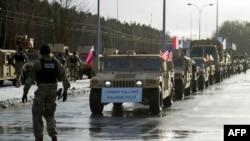 Конвой американской армии пересекает немецко-польскую границу в Ольшине, январь 2017 года