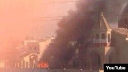ألسنة النار وسحب الدخان تتصاعد من كنيسة عمرها 1800 عام في الموصل.
