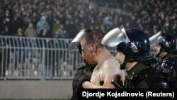 Policija privodi nasilnike na utakmici Crvene zvezde i Partizana, Beograd