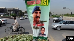 A banner bearing the image of the outgoing Inter-Services Intelligence (ISI) Chief Lt. General Zaheerul Islam in Islamabad. (file photo)