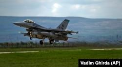 Истребитель F-16 взлетает с аэродрома на военной базе в Румынии