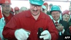 Аляксандар Лукашэнка падчас візыту на нафтаперапрацоўчы завод у Вэнэсуэле, 2007 год