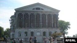 Палац Розумовського в Батурині, на цьому фото 2008 року ще під час реставрації