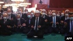 Илустрација - Ердоган на молитва во џамија
