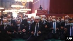 Президент Турции Реджеп Тейип Эрдоган совершает джума-намаз в мечети Айя-София