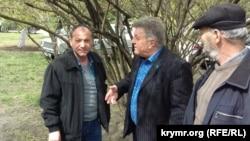 Руслан Трубач (слева), который не успел выступить на заседании с заключительным словом