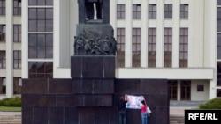 Маладафронтаўцы наклеілі на помнік Леніну антыкамуністычны плякат