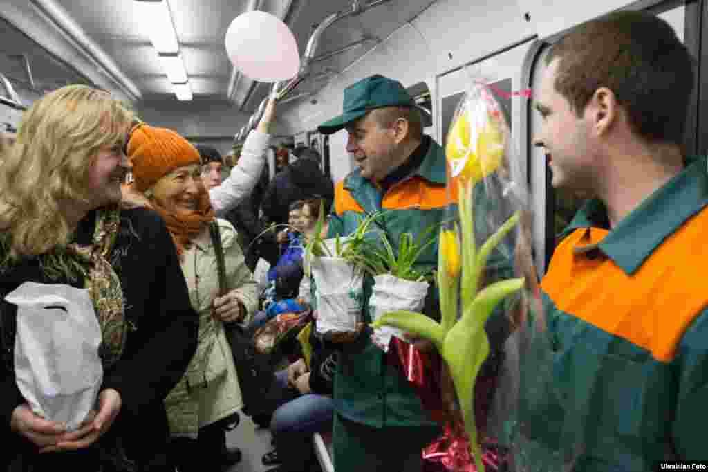 У київському метрополітені до 8 березня запустили «Весняний поїзд» прикрашений кульками і малюнками. Поїзд буде щодня курсуватиме по Куренівсько-Червоноармійській лінії столичного метро. 2 березня 2016 року