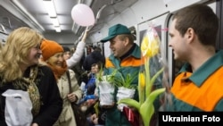 У київському метро до 8 березня запустили «Весняний поїзд». Потяг із п'яти вагонів прикрашений кульками і малюнками. Під час першої поїздки святкового потяга працівники метрополітену і «Київзеленбуду» дарували квіти всім жінкам, що їхали в поїзді