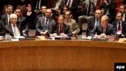 Ресейдің БҰҰ-дағы өкілі Виталий Чуркин (сол жақта) MH17 апатын тергейтін халықаралық трибунал құруға қарсы дауыс беріп тұр. Нью-Йорк, 29 шілде 2015 жыл.