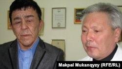 Нұржан Өркешбаев (сол жақта) пен хирург Болат Баиров. Алматы, 27 желтоқсан 2011 ж.