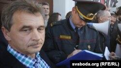 Анатоль Лябедзька (зьлева) на акцыі супраць разьмяшчэньня расейскай авіябазы ў Беларусі