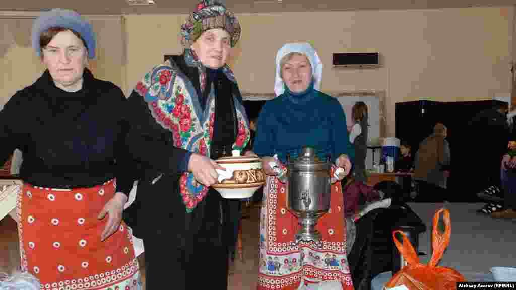 Православ діни тағамдары фестиваліне қатысушылар самауырда қайнатылған шай ұсынды.