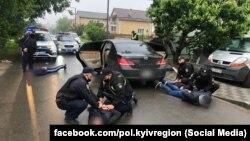 Працівники місцевої поліції прибули на місце стрілянини на одній із вулиць міста Бровари, де затримали осіб зі зброєю. Бровари, 29 травня 2020 року