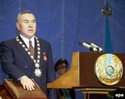 Мерзімінен бұрын өткізілген Қазақстан президенті сайлауында жеңіске жеткен Нұрсұлтан Назарбаев ұлықтау рәсімінде ел конституицясына қолын қойып, ант беріп тұр. Астана, 20 қаңтар 1999 жыл.