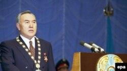 Президент Казахстана Нурсултан Назарбаев даёт присягу на тексте Конституции. Астана, 20 января 1999 года.