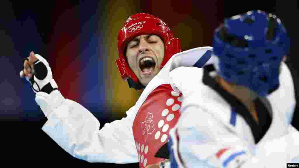 Armenia's Arman Yeremyan (left) fights against the Netherlands' Tommy Mollet during their men's 80-kilogram Olympic quarterfinal taekwondo match. (Reuters/Darren Staples)