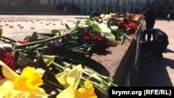 Возложение цветов в память о погибших в Петербурге, площадь Ленина в Симферополе, 4 апреля 2017 год