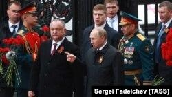Vladimir Putin și Igor Dodon înaintea începerii paradei militare