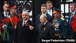 Președintele Vladimir Putin și Igor Dodon la Monumentul soldatului necunoscut de la Moscova