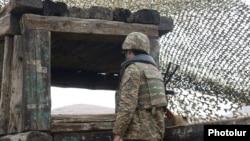 Հայկական բանակի զինծառայողը դիրքերում, արխիվ