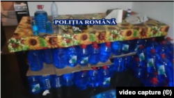 Captură de pe filmarea poliției care a descins la domiciliile celor care vindeau lichidul de parbriz pe post de spirt