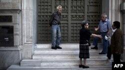 Люди чекають біля відділення Національного банку Греції, щоб отримати свої пенсії, Афіни, 29 червня 2015 року
