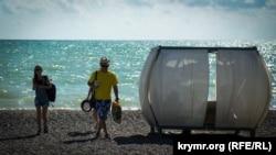 Туристи на кримському узбережжі, ілюстративне фото