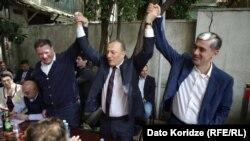 На сегодняшней встрече оппозиции присутствовали Гиги Угулава (слева) и Ираклий Окруашвили (справа), в центре – лидер лейбористов Шалва Нателашвили