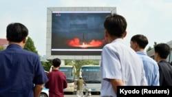 Հյուսիսկորեացիները մեծ վահանակի վրա դիտում են Hwasong հրթիռի արձակումը, 30 օգոստոսի, 2017թ.
