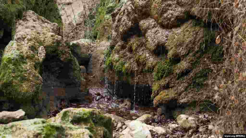 Від самого водоспаду залишилися лише тоненькі цівки