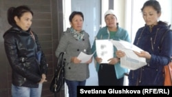 Жительницы города Шардара Южно-Казахстанской области стоят перед главным офисом партии «Нур Отан» в ожидании приема по жалобе на предполагаемые пытки в отношении их родственников. Астана, 19 сентября 2014 года.