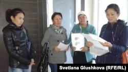 """Шардаралық шағымданушылар """"Нұр-Отан"""" партиясының кеңсесі алдында тұр. Астана, 19 қыркүйек 2014 жыл"""