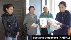 Азаптау бойынша шағымданып жүрген Шардара тұрғындары. Астана, 19 қыркүйек 2014 жыл