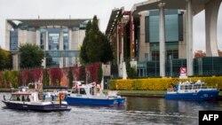 """Полицейские катера возле офиса Федерального канцлера ФРГ в Берлине, где пройдет встреча """"нормандской четверки"""""""