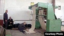 Узбекские заключенные во время рабочего процесса.