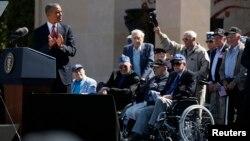 Նորմանդիա, Ֆրանսիա - ԱՄՆ-ի նախագահ Բարաք Օբաման ողջունում է ափհանման 70-ամյակի հանդիսություններին մասնակցող Երկրորդ աշխարհամարտի վետերաններին, 6-ը հունիսի, 2014թ․