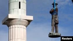 Демонтаж памятника Роберту Ли в Новом Орлеане. Май, 2017.