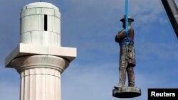 Памятник генералу Роберту Ли снимают с постамента в Новом Орлеане