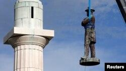 Демонтаж памятника Роберту Ли в Новом Орлеане. Май 2017 года