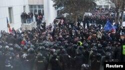 Сутички протестувальників і поліції під парламентом Молдови, Кишинів, 20 січня 2016 року