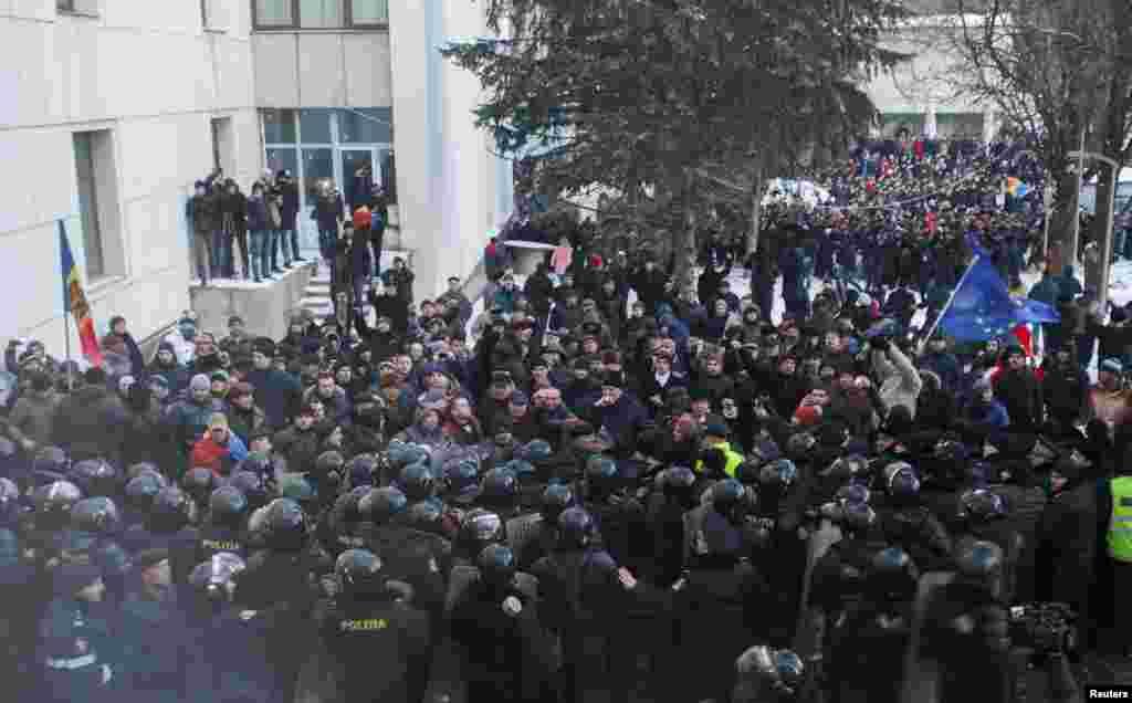 Protestatarii în confruntare cu Poliția în preajma Parlamentului la Chișinău