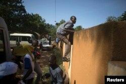Люди спасаются от пуль полиции. Уагадугу, 2 ноября
