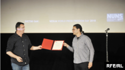RFE/RL Balkan Service journalist Milan Nešić (right) receives an Award for Excellence in Investigative Journalism at a ceremony in Belgrade, Serbia, on May 8, 2018.