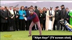 Türkmenistanyň prezidenti Gurbanguly Berdimuhamedow golf oýnaýar. Arhiw suraty.