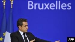 Francuski predsednik Nikola Sarkozi, razgovara sa novinarima nakon završenog Samita o Eurozoni, 27. oktobar 2011.