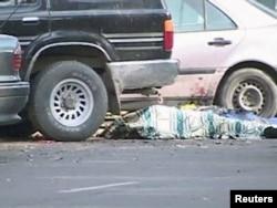Тараздағы жанкештінің шабуылы кезінде қаза тапқан адамның мүрдесі. 12 қараша 2011 жыл