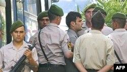 Полицейские ведут Огюна Самаста (в центре) в суд, Стабмул, июль 2007 г.