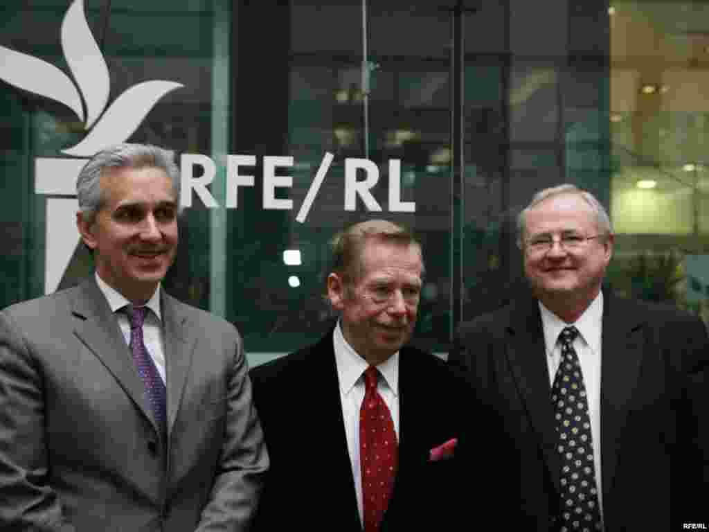 Vaclav Havel with RFE/RL President Jeffrey Gedmin (L) and RFE/RL senior advisor Pavel Pechacek